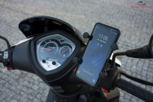Scroot, smartfon w uchwycie na Kymco